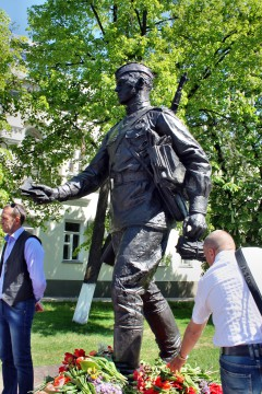 уникальный памятник почтальону Великой Отечественной войны