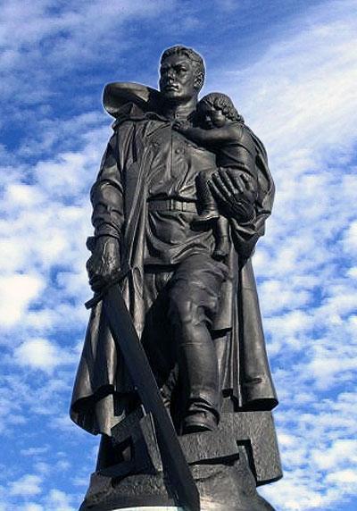 памятник солдат и девочка